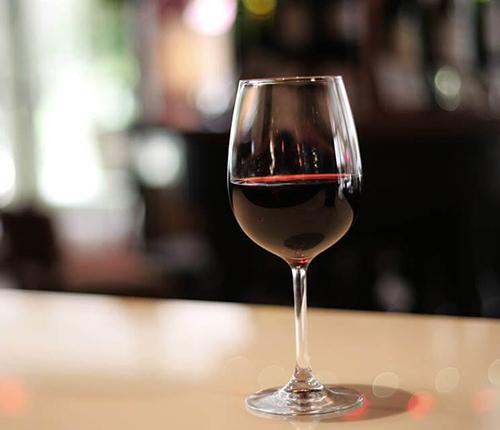 Taça com vinho de Uvas Tempranillo