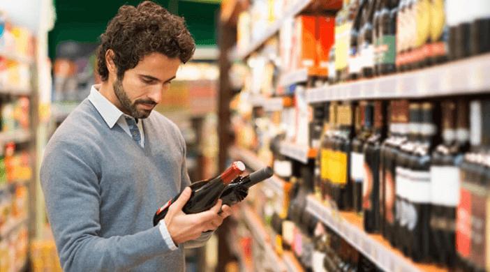 Homem escolhendo vinho